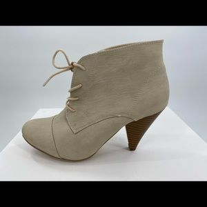 """Ivory cone stacked heel """"granny"""" bootie laces 9"""